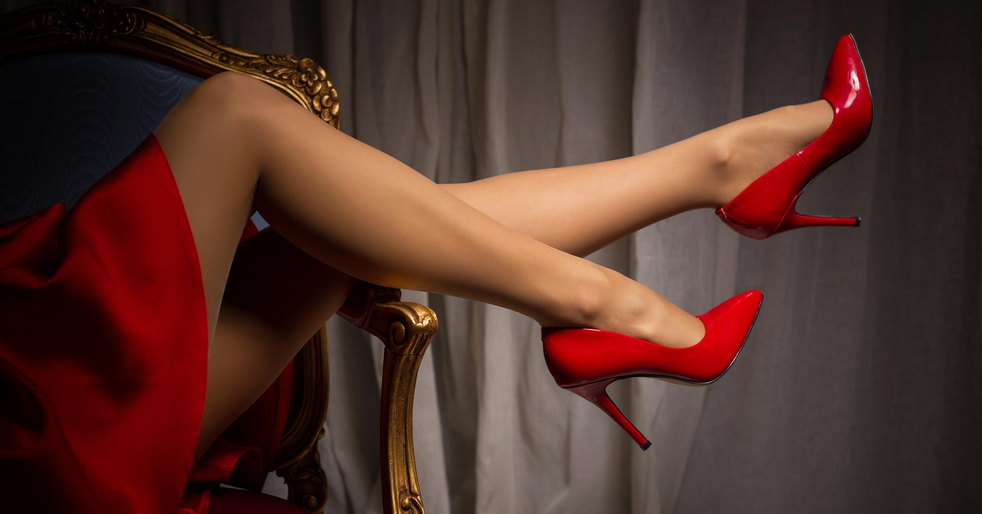 Краля в красных туфлях очень высоко задирает ножку вверх